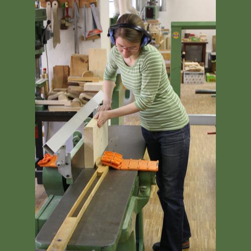 Auszubildende zum Holzspielzeugmacher